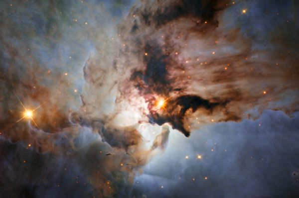 Бурные моря в созвездии Стрельца. На снимке показан центр туманности Лагуна, объекта с обманчиво спокойным именем, в дымке газа и непроглядной пыли.