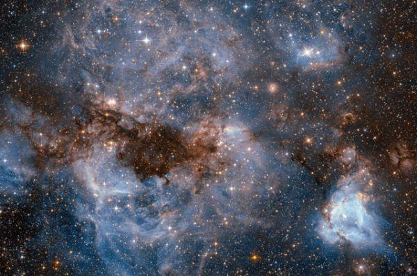 Водоворот светящегося газа и темной пыли внутри Большого Магелланового Облака, одного из спутников Млечного Пути.