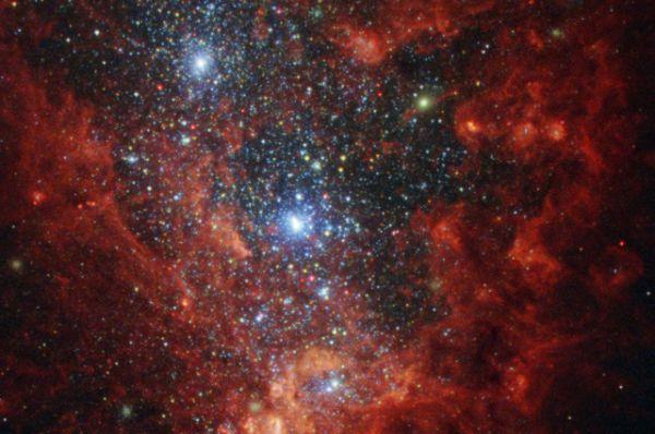 Радужный интерьер одной из самых активных галактик в нашей окрестности — NGC 1569. На снимке зафиксирован очаг формирования новой звезды.