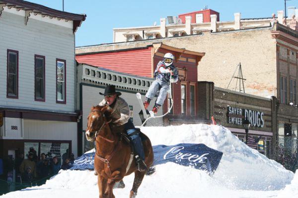 Скиджоринг. Одна из дисциплин ездового спорта, в котором лыжник-гонщик передвигается свободным стилем по лыжной дистанции вместе с одной или несколькими собаками. Скиджоринг может быть также с лошадью или за авто-мото транспортом.