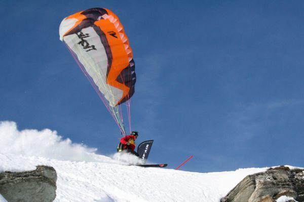 Спидглайдинг. Экстремальный вид спорта, комбинация фрирайда и полета со специальным крылом (глайдером), похожим на скоростной парашют. Используемые в спидглайдинге крылья, развивают большую скорость, нежели параплан, а сам полет имеет меньшую продолжительность и, как правило, проходит вдоль склона.