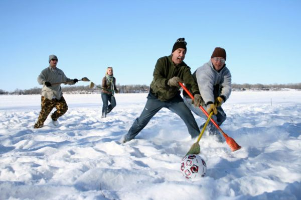 Брумбол. Командная игра, проводящаяся на ледяном поле. Главные отличия от хоккея выражаются в инвентаре: мяч вместо шайбы; палка с симметричным пластиковым наконечником (метла) вместо клюшки; обувь с цепкой резиновой подошвой вместо коньков.