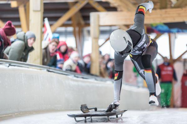 Скелетон. Зимний олимпийский вид спорта, представляющий собой спуск по ледяному желобу на двухполозных санях. Прародителем скелетона считается спуск с гор на тобоггане — бесполозных деревянных санях, распространенных среди канадских индейцев.