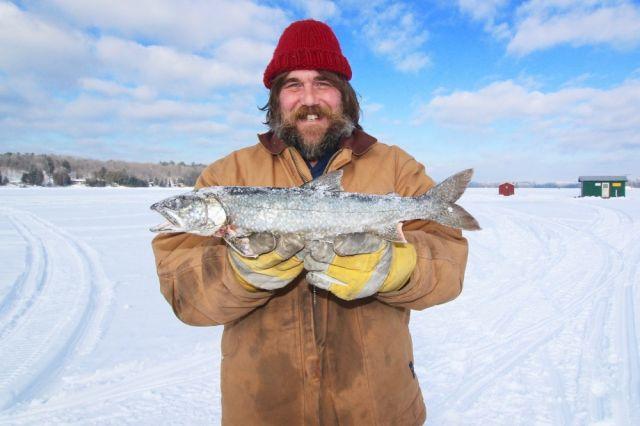 Примета гласит, что первую пойманную на рыбалке мелкую рыбку нужно аккуратно снять с крючка и отпустить за «мамой».