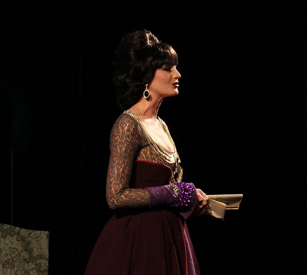 А вот герцогиню Мальборо никто не любит, но все от неё зависят.
