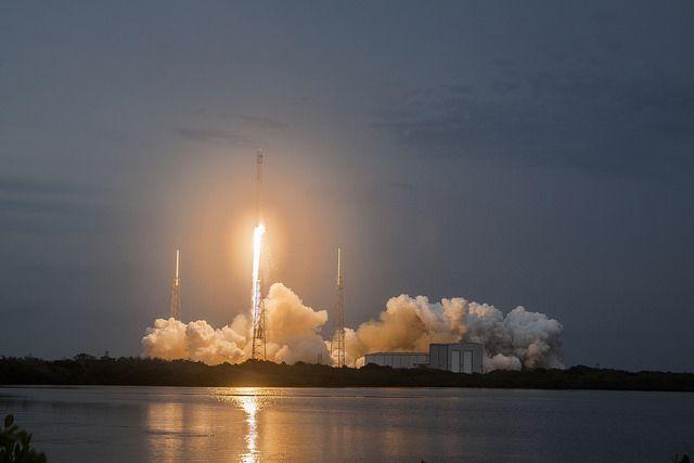 SpaceX благополучно посадила ступень ракеты наплатформу вокеане