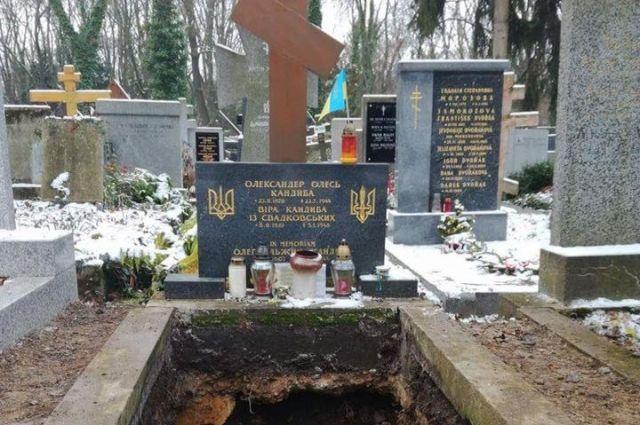 Могила Александра Олеся на кладбище в Праге после эксгумации