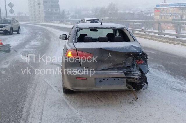Машина врезалась в ограждение и остановилась посредине проезжей части.