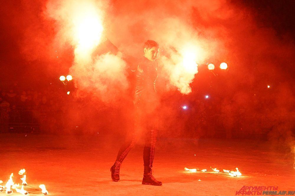 Участники использовали не только огненный реквизит, но и салюты, фейерверки и дымовые хлопушки.