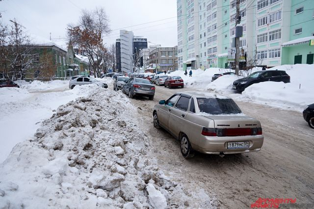 Засыпанные снегом парковки - типичное явление для Перми после снегопадов.