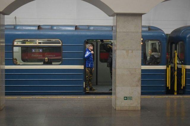 ВПетербурге поезд метро ехал соткрытыми дверьми, заблокированными хулиганами