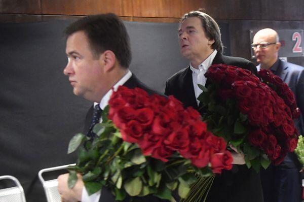 Генеральный директор Первого канала Константин Эрнст и президент Континентальной хоккейной лиги (КХЛ) Дмитрий Чернышенко перед началом траурной церемонии.