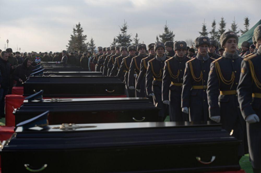 На церемонии прощания с погибшими при крушении самолета Ту-154 в Черном море на Федеральном военном мемориальном кладбище в Московской области.