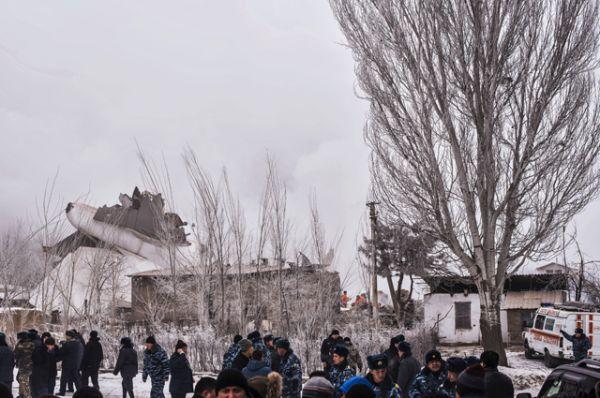 На месте падения лайнера разрушены 15 домов, начался пожар.