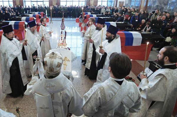 Священнослужители на церемонии прощания с погибшими при крушении самолета Ту-154 в Черном море на Федеральном военном мемориальном кладбище.