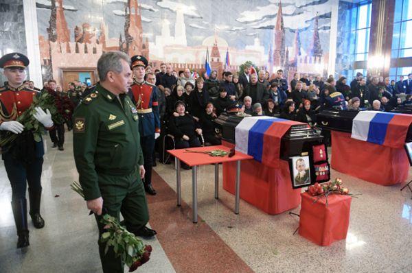 Министр обороны РФ, генерал армии Сергей Шойгу на церемонии прощания с погибшими при крушении самолета Ту-154 в Черном море на Федеральном военном мемориальном кладбище в Московской области.