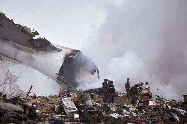 Официальные причины случившегося пока неизвестны. Есть версия, что самолет мог не вписаться в полосу из-за сильного тумана.