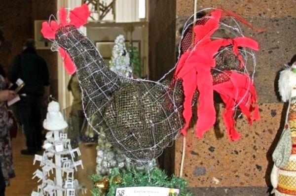 Можно было встретить на выставке и символа года - креативного Петуха.