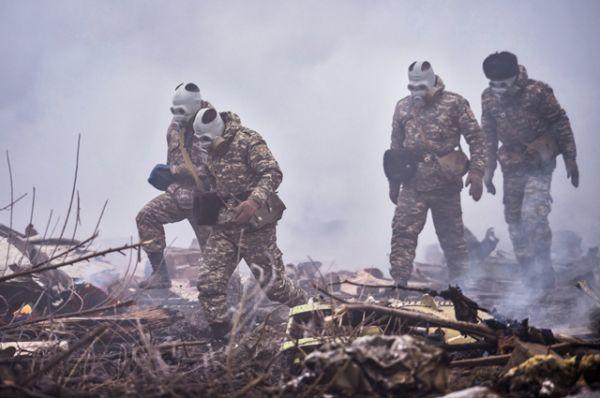 На месте крушения находятся сотрудники МЧС и военные.