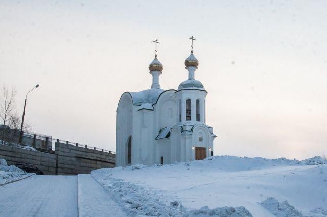 Храм вмещает около 80 человек.