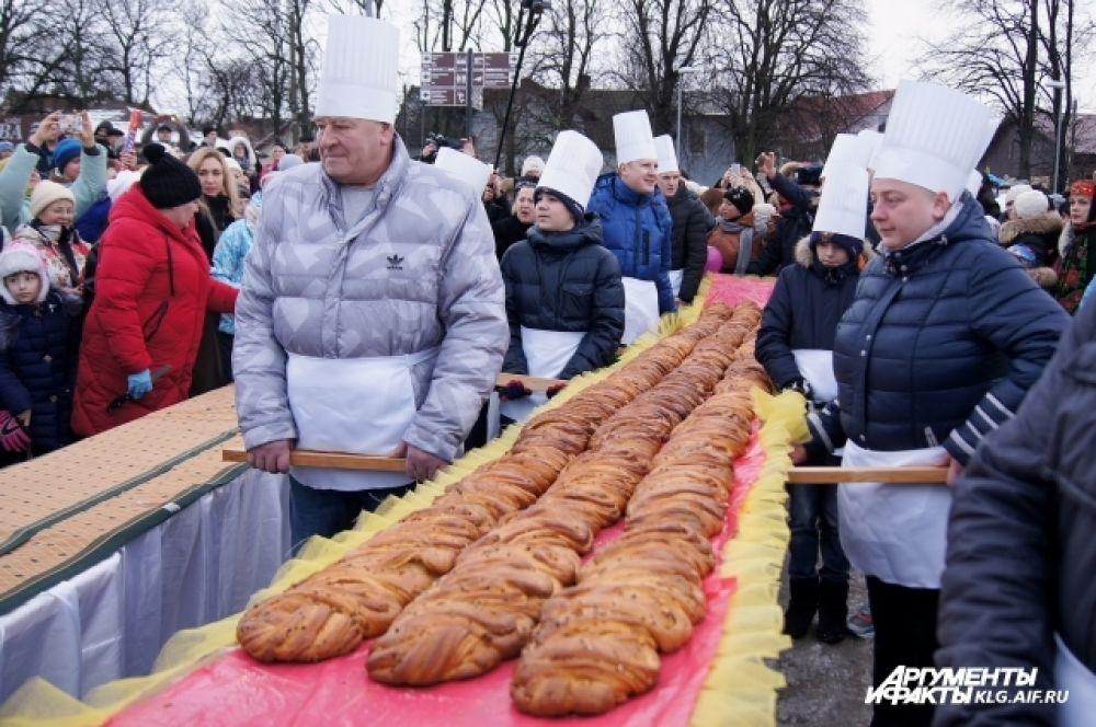 Гостей потчевали ароматным 12-метровым пирогом. Его испекли в честь основания Кранца-Зеленоградска (основан в 1252 году).