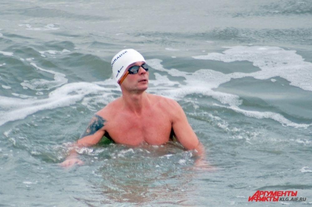 Олег Резанов является руководителем местного клуба закаливания и зимнего плавания. Это его рекорд – не первый. Так, в феврале 2014 года он преодолел на спине дистанцию в 125,2 метра за 3 минуты 11 секунд. До него никто никогда не плавал на спине в ледяной воде.