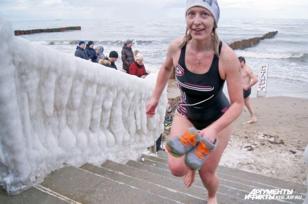 Спортсмены, несмотря на мороз, преодолели 200 метров бегом, 800 метров - на велосипедах и 30 метров - вплавь.