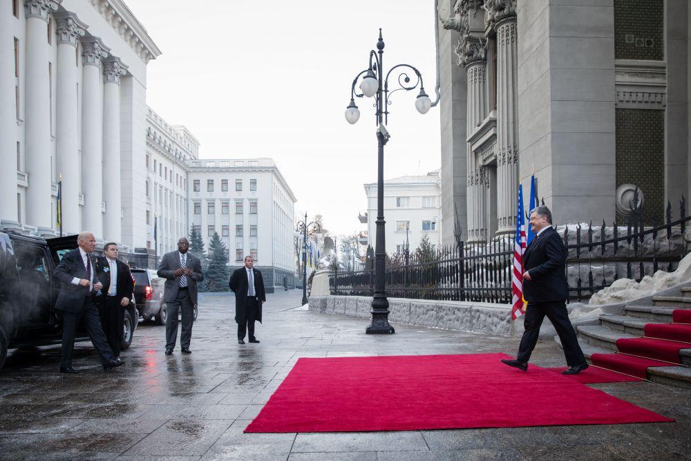 Видим, что уже с первых кадров четко видно, что украинский президент, уже в который раз, рад видеть вице-президента США Джо Байдена