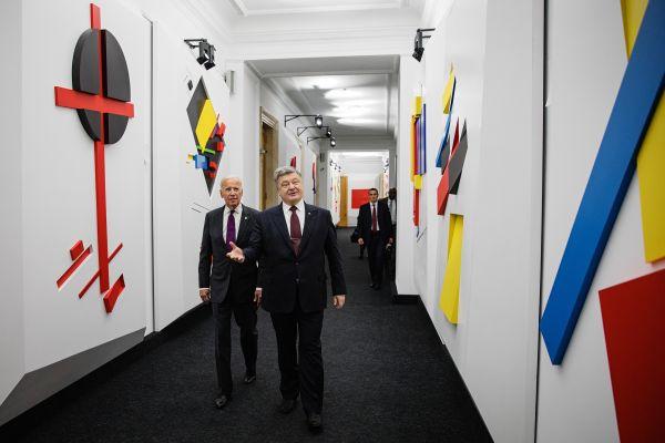 Кроме этого вице-президент США также говорил о том, что нужно сотрудничать с МВФ, «очищать банковский сектор» и реформировать энергетику страны