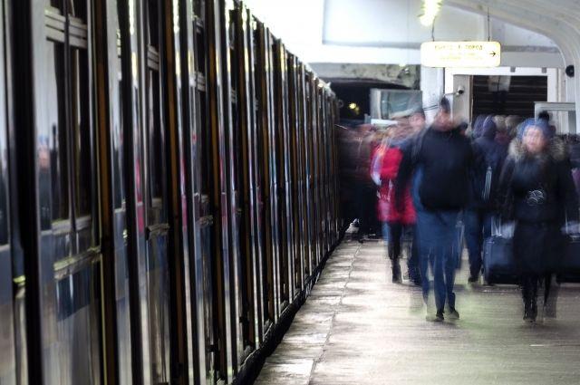 Мужчина скончался иупал нарельсы вмосковском метро