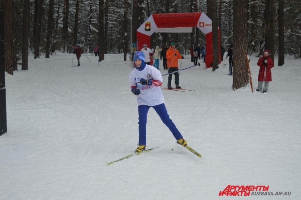 Тут и там встречались лыжники совершенно разных возрастов, соревновавшиеся в прохождении дистанции.
