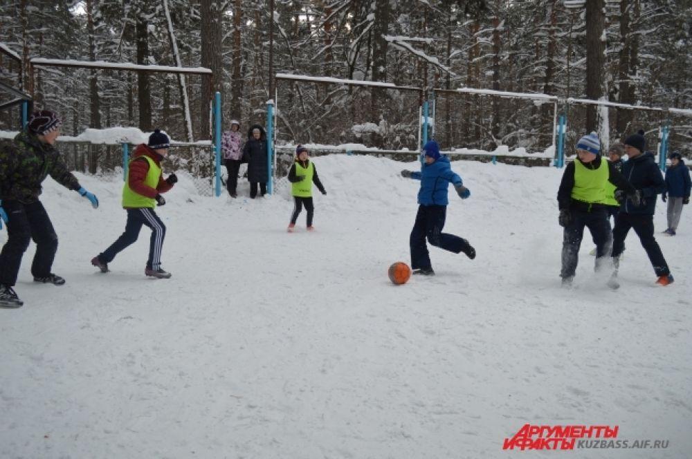 Несколько команд мальчишек соревновались по-настоящему: за звание быть лучшим и награду в день снега от организаторов.