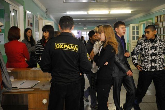 Охранять кемеровские школы будут.