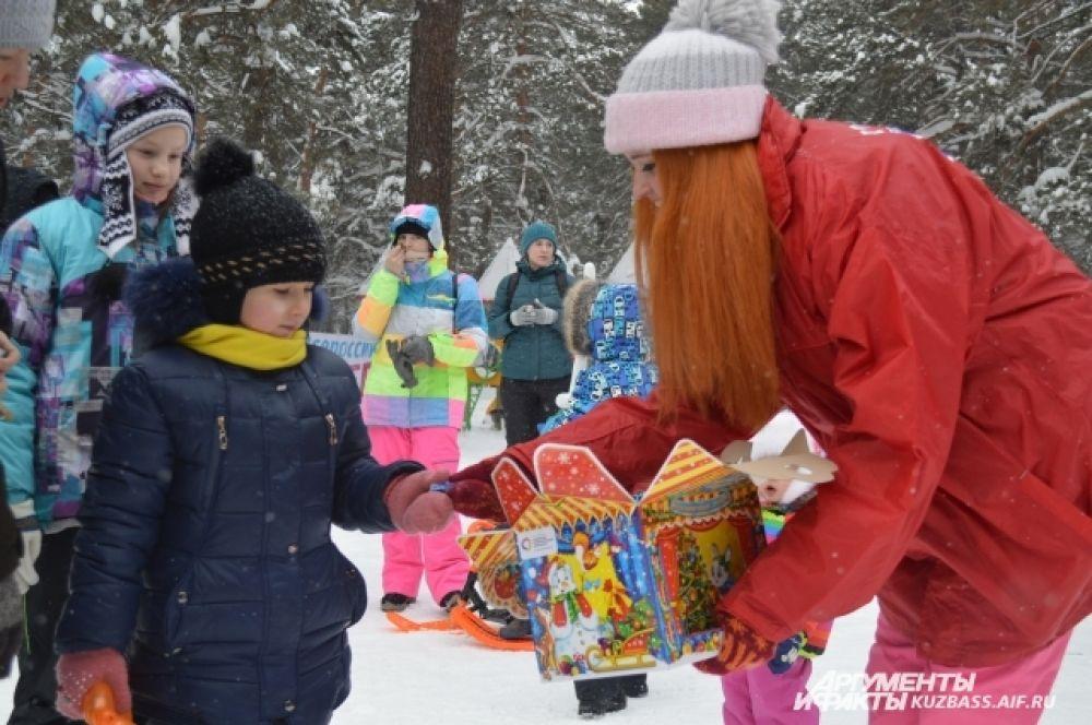 А также угоститься конфетами, которые тоже бесплатно раздавали волонтёры дня снега, помогавшие организовать мероприятие.