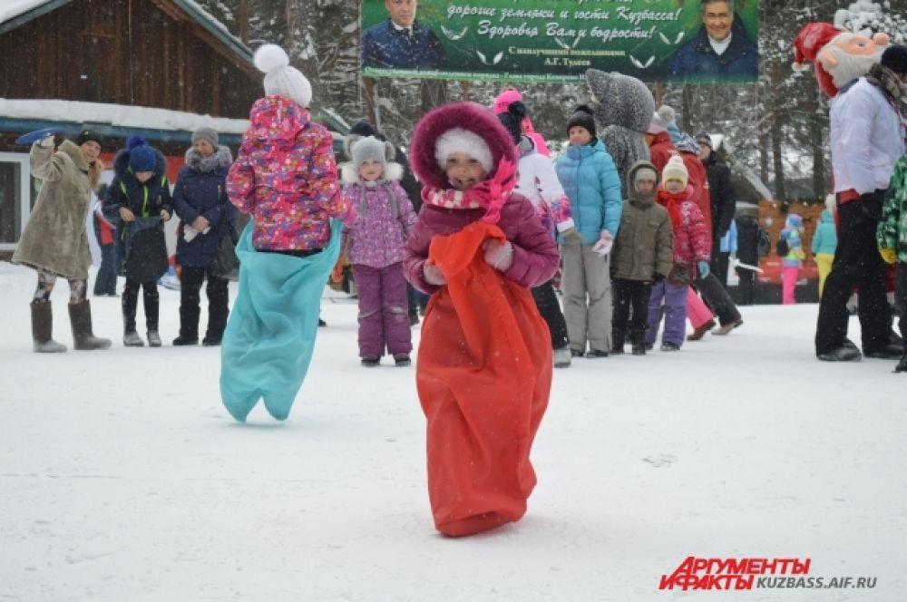 Не обошлось без традиционных русских состязаний – например, перетягивание каната и прыжки в мешках, в которых особенно активно участвовали дети.