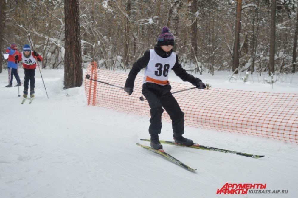 Мальчишки и девчонки участвовали и в лыжных забегах. Кстати, в этот день прокат спортивного зимнего инвентаря был для гостей бесплатным.