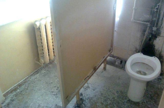 Застрявшему между стеной иунитазом новосибирцу потребовалась помощь спасателей