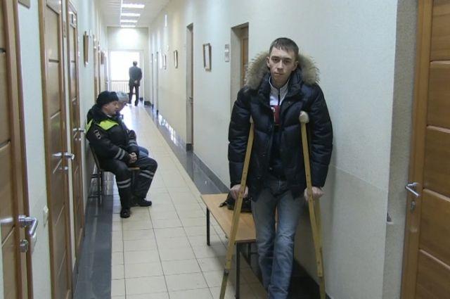 В Екатеринбурге таксист сломал берцовую кость инспектору ГИБДД ...