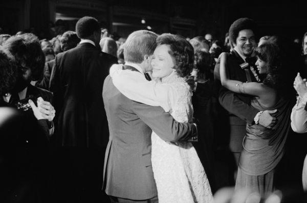 Джимми и Розалин Картер танцуют на первом балу. Розалин Картер появилась на мероприятии в золотом платье, том же, что надевала шесть лет назад на губернаторскую инаугурацию мужа.