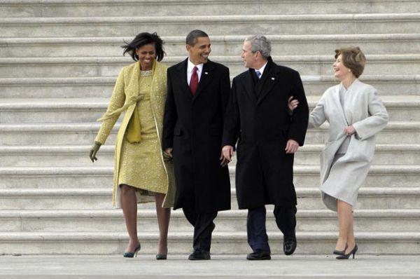Президент Барак Обама, первая леди Мишель Обама, бывший президент Джордж Буш и его супруга Лора Буш во время инаугурации Обамы в январе 2009 года.