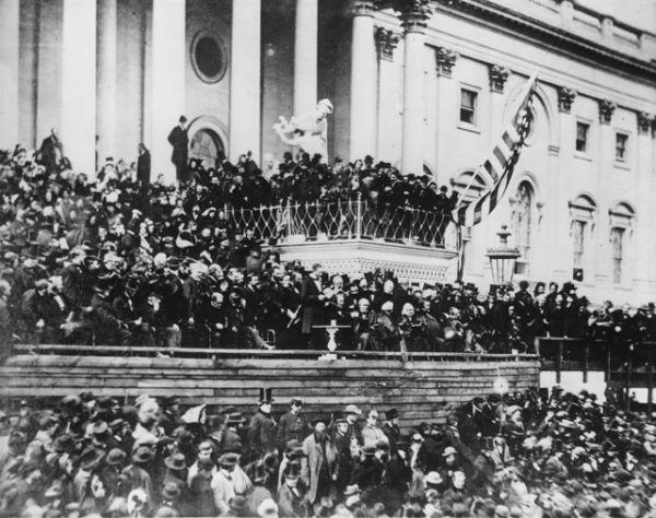 Авраам Линкольн произносит речь на второй инаугурации в 1865 году.