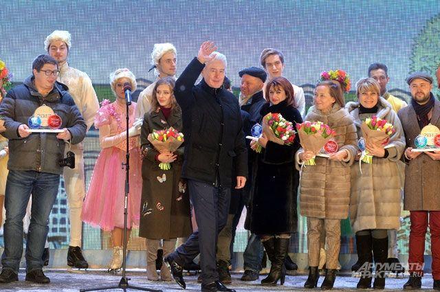 Мэр Москвы Сергей Собянин и награждённые участники фестиваля на заключительном празднике.