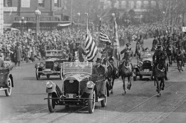 30-й президент США Калвин Кулидж едет в машине во время инаугурационного парада в марте 1925 года.