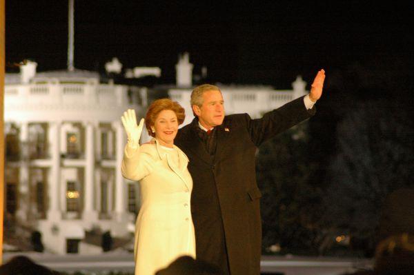 Президент Джордж Буш-младший и первая леди Лора Буш во время инаугурации в 2005 году.
