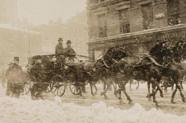 Уильям Говард Тафт и президент Теодор Рузвельт едут к Капитолию на инаугурацию Тафта в марте 1909 года. В ночь перед инаугурацией из-за сильной метели в Вашингтоне выпало десять дюймов снега, в результате чего церемонию перенесли в закрытое помещение Сената.