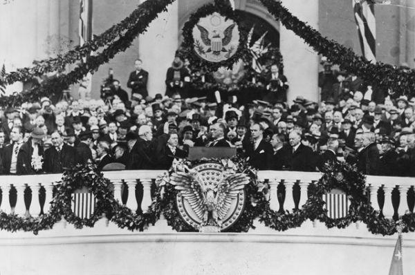 Франклин Делано Рузвельт принимает присягу в марте 1933 года. В своей инаугурационной речи он произнес фразу, ставшую крылатой: «Единственное, чего нам следует бояться, — это самого страха».