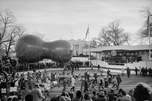 Шар в форме арахиса на инаугурации Джимми Картера в Вашингтоне в январе 1977 года.