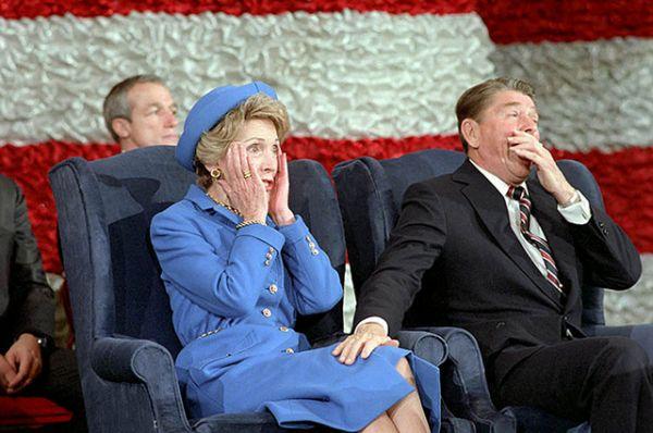 Рональд Рейган смеется над тем, что его супруга Нэнси забыла представить его во время концерта в честь инаугурации в январе 1985 года.