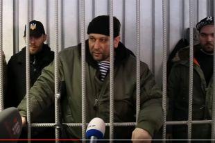 Даже в суде обвиняемые в пытках, насилии и мародёрстве ведут себя вызывающе.