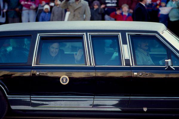 Джордж Буш-старший приветствует народ из окна президентского лимузина во время инаугурационного парада в январе 1989 года.